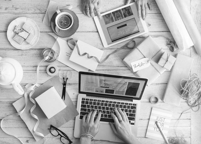 Emprendedora con el ordenador planificando